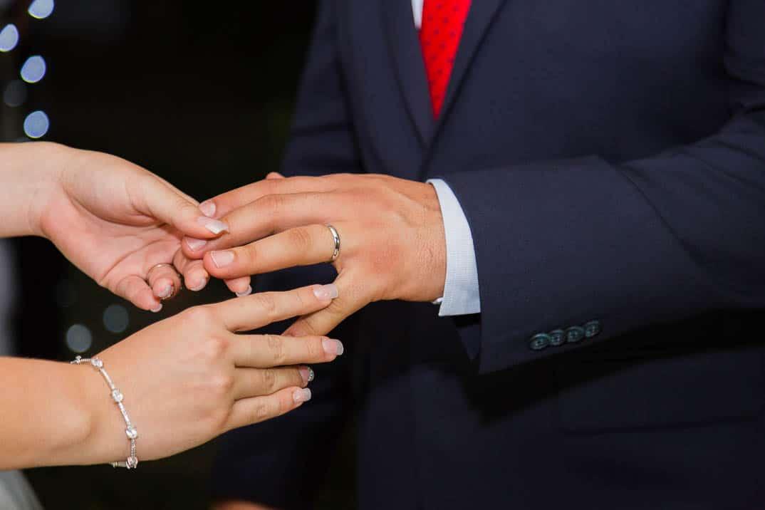 Colocando anillo de bodas