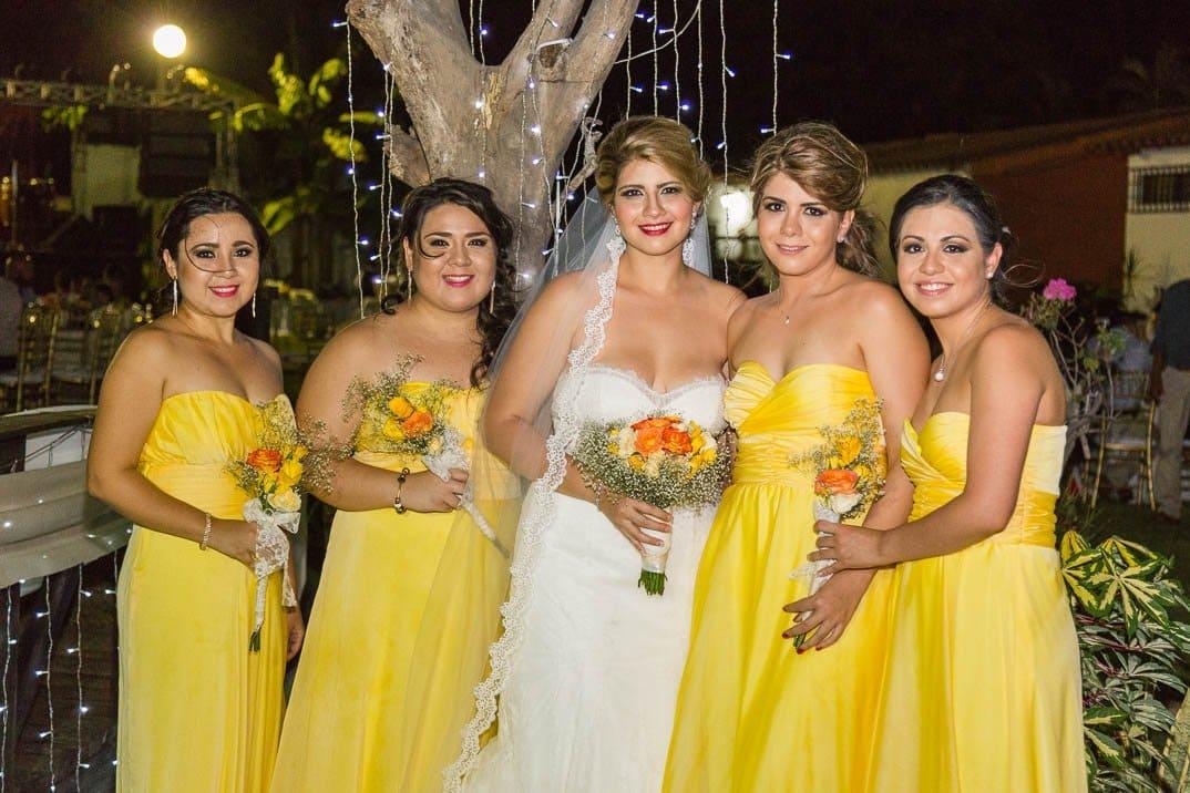 Itzell con damas de su boda