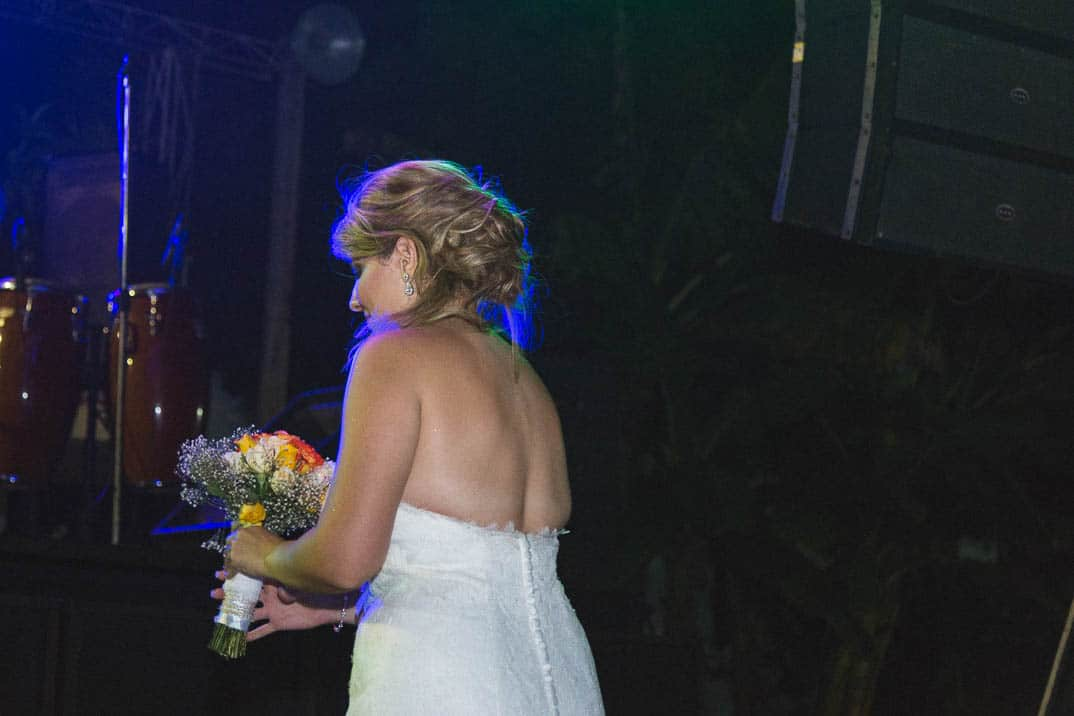 Itzell lanzando el ramo en su boda