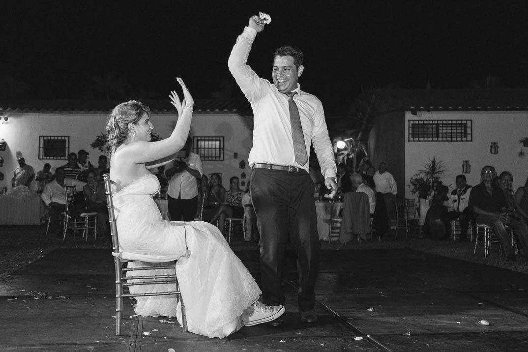 Esposo quitando liga a novia