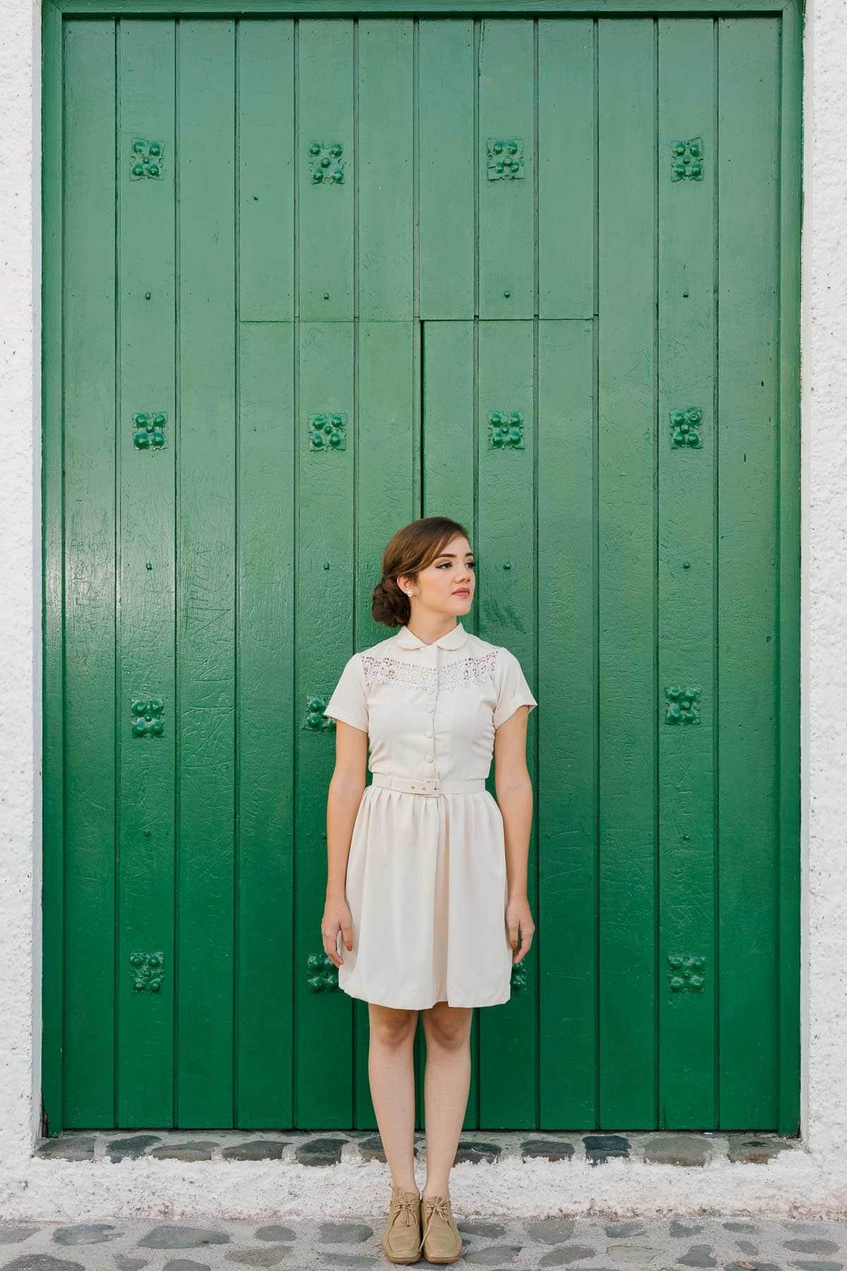 Mujer de pie en su sesión de fotos en Esquipulas.